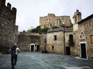 Nella piazza della torre dell'impiccato a Castelvecchio di Rocca Barbena