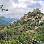 Castelvecchio visto dal sentiero che arriva da Zuccarello