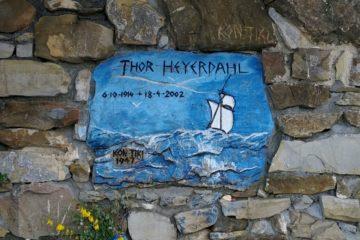 la targa di Thor Heyerdahl presso la tomba a Colla Micheri