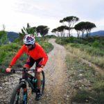 Biker sul percorso da Colla Micheri a Poggio Brea
