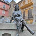 Bajardo - Brigitta seduta sulla fontana