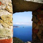 Noli - Castello di Monte Ursino - finestra sul mare e l'isola di Bergeggi