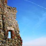 Noli - Castello di Monte Ursino - la parete diroccata e la fessura sul panorama
