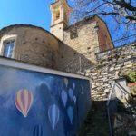 La chiesa di Bellissimi e la scalinata con i Balui