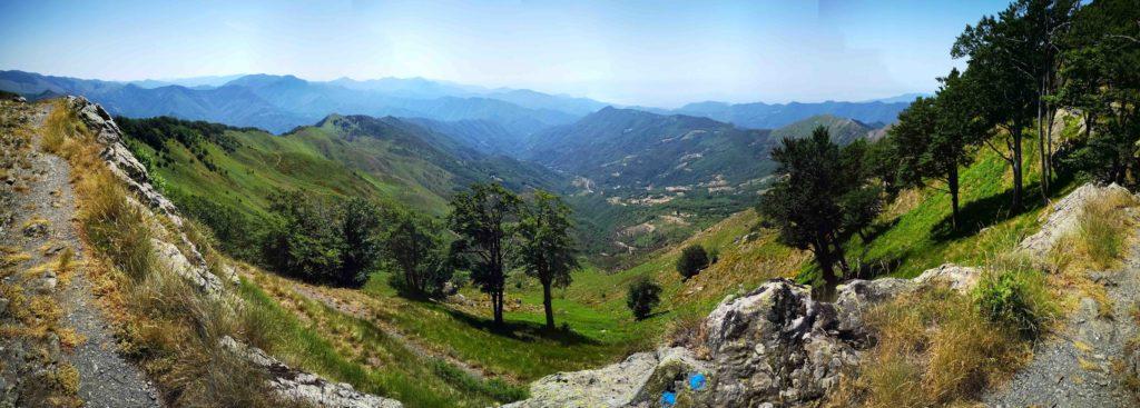 percorso sulla cresta del Ramaceto con vista sulla conca di Cichero