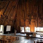 L'interno della chiesa di Barbagelata con le vetrate aperte sulla valle