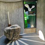 Il battesimale in pietra del Trebbia all'interno della chiesa di Barbagelata