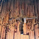 La croce di legno di recupero all'interno della chiesa di Barbagelata