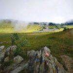 Prato Ferretto con il campo di pietre e sullo sfondo il Bric Résonöu