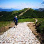 La discesa dalla cima del Monte Maggiorasca verso il Monte Bue