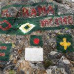 I segnavia su una roccia del Monte Rama