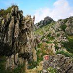 sentiero tra le rocce del Monte Rama