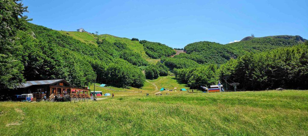 Prato della Cipolla col suo rifugio, Monte Bue e Monte Maggiorasca
