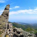 Spuntone roccioso e panorama dal sentiero da Pratorotondo