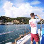 La cava e la spiaggia di Pozzale mentre a bordo si scattano foto