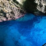 Acqua trasparente all'interno di una grotta della Palmaria