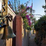 Muri e portoni lungo il sentiero del Beodo