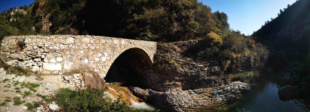 Il ponte Cin mentre sul laghetto si alzano le ombre della sera