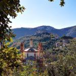 La Chiesa dei 5 campanili e sullo sfondo Castel Govone a Perti