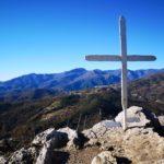 La croce sulla vetta della Rocca di Perti