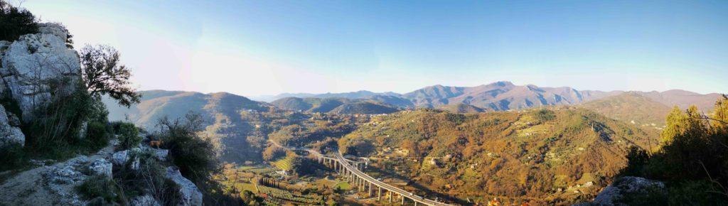 Panorama dal sentiero per la vetta della Rocca di Perti