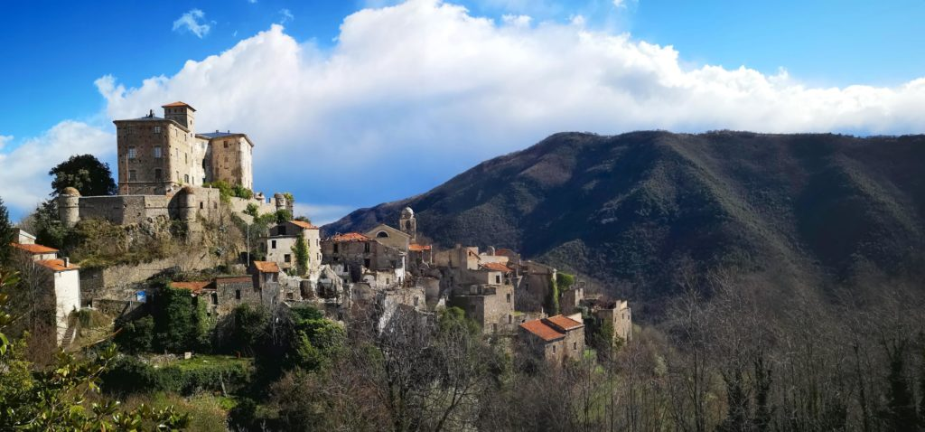 Il castello e il borgo antico di Balestrino, sullo sfondo il Monte Acuto