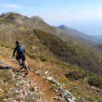 Biker lungo il sentiero del Monte Acuto