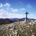 La croce di Monte Acuto e dietro i monti innevati