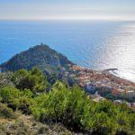 Vista su Punta Crena e il borgo saraceno dal sentiero Balcone sul Mare