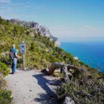 Angelo legge nel punto panoramico del sentiero Balcone