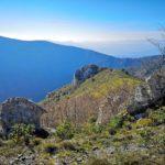 Un poggio erboso e rocce lungo il sentiero