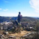 Riccardo si affaccia dalla terrazza panoramica vista mare
