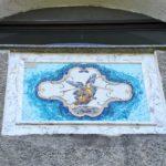 Il mosaico La Fama sulla facciata del santuario