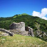 Castello Malaspina Fieschi Doria e il Monte Carmo sullo sfondo