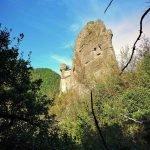 Il torrione grande del Castello della Pietra visto dal sentiero dei Castellani