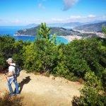 Sul sentiero di Punta Baffe con vista su Punta Manara