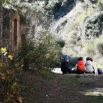 Bimbi giocano all'ingresso del Forte di Rocca Liverna