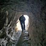 Lungo il cunicolo della caverna della batteria