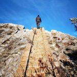 La scenografica scalinata alla vetta della Rocca Liverna