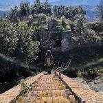 Scendendo la scalinata del Forte di Rocca Liverna