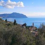 Pieve alta sullo sfondo del monte di Portofino
